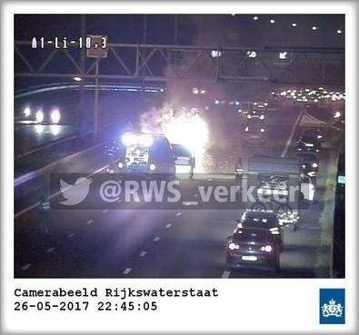Felle autobrand op A1 bij Naarden