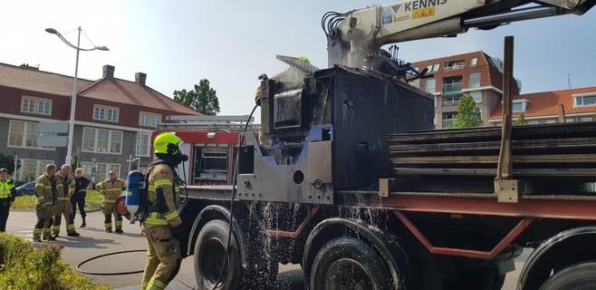 Brand verwoest motor van kraan op vrachtwagen in Den Helder