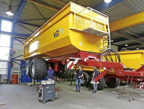 Bij Van Ginkel Machines is alles groot(s); 'Directeur sleutelt soms ook mee'