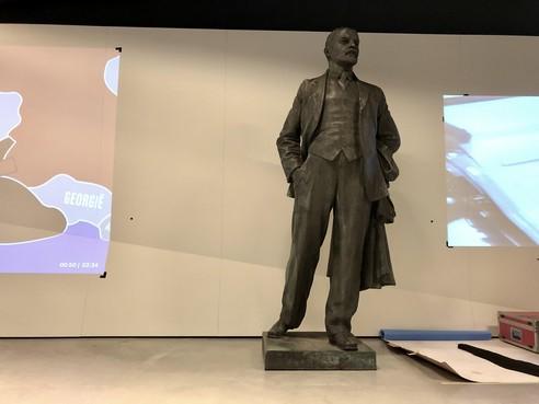 Immens beeld Lenin arriveert bij Nationaal Militair Museum