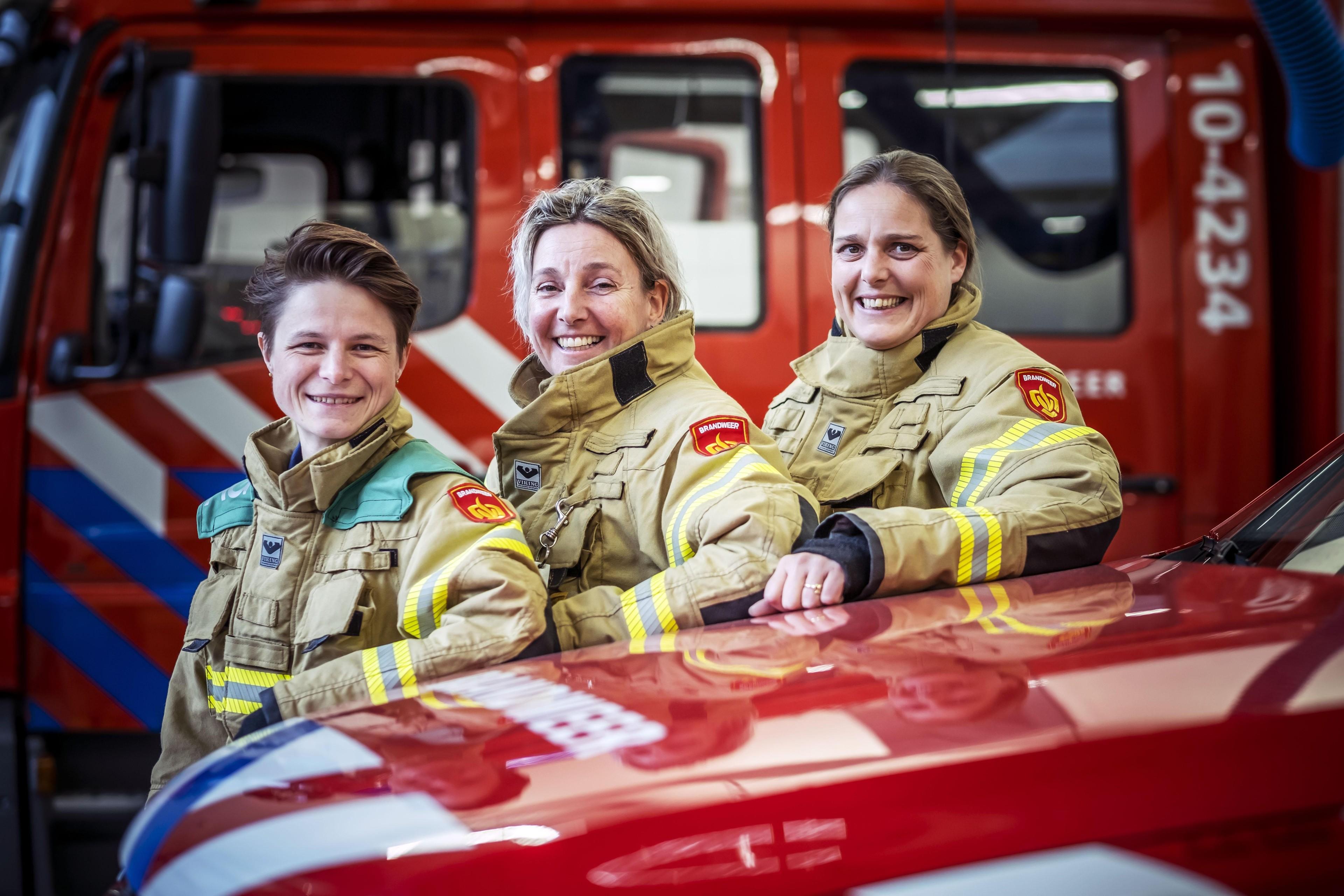 Vrouwen uit Alkmaar, Bergen aan Zee en De Rijp staan hun mannetje bij de regionale brandweer: 'Niet piepen als je nagel scheurt' - Noordhollands Dagblad