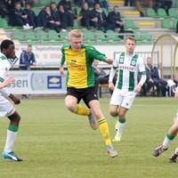 Aron Klaassen voor Huizen in actie tegen de beloften van FC Groningen, afgelopen seizoen in de derde divisie.