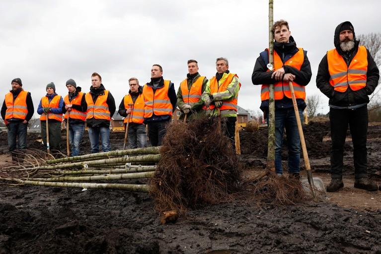 Nabestaanden planten bomen herdenkingsbos MH17 in Vijfhuizen