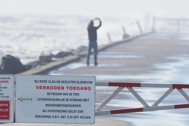 Surfer beboet voor betreden afgesloten pier in IJmuiden