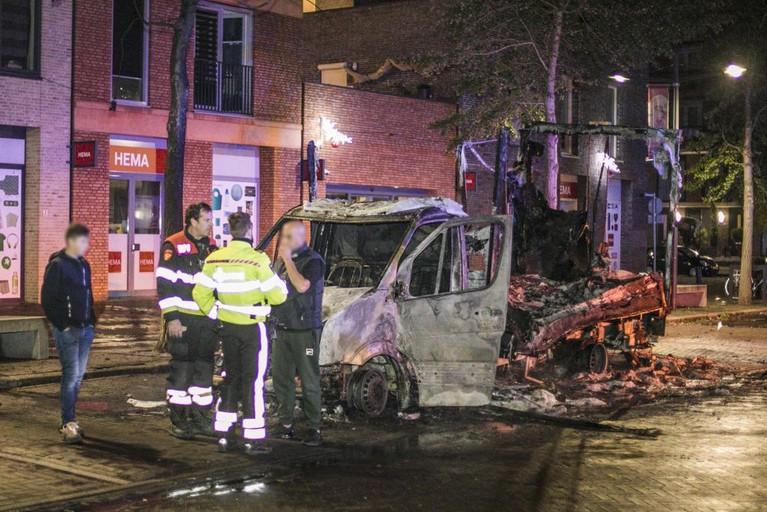 Vrachtwagen vliegt al rijdend in brand, inzittenden in veiligheid