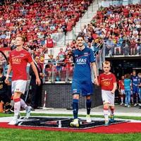 De nieuwe aanwinst Marko Vejinovic (blauw tenue) betreedt het veld, tezamen met Ferdy Druijf van Jong AZ tijdens de fandag.