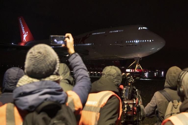 Boeing 747 rijdt door de polder op weg naar hoteltuin [video]