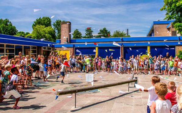 'Wereldrecord' vliegtuigjes werpen op Sint Jansdag in Waarland