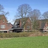 Vanaf de Eng zijn de vrijstaande villa's te zien. Ze zijn nog niet bewoond.