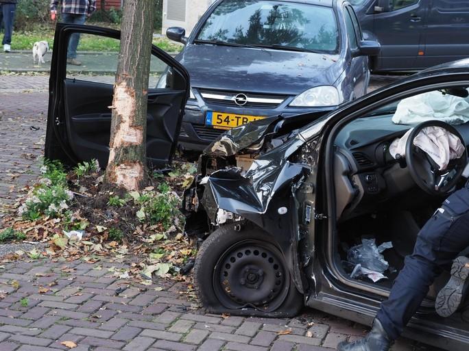 Auto ramt boom in IJmuiden, bestuurder zwaargewond