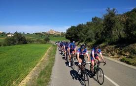 De groep van dertig renners van BRC Kennemerland bij van hun ritten tijdens het trainingskamp in Girona.