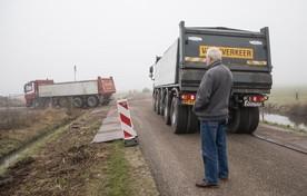 Vrachtwagens rijden af en aan.