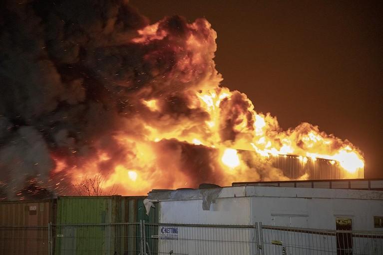 Grote brand bij autobedrijf in Vijfhuizen onder controle [video/update]