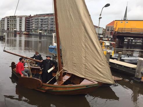 Van schilderij Monet nagebouwd zeilschip beleeft doop in Zaandam; bouwers kregen een 9