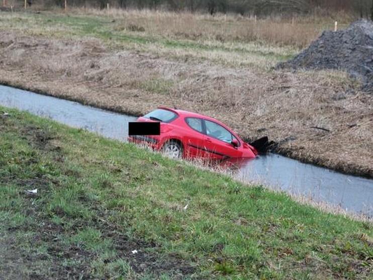 Automobiliste rijdt sloot in langs Drie Merenweg bij Hoofddorp