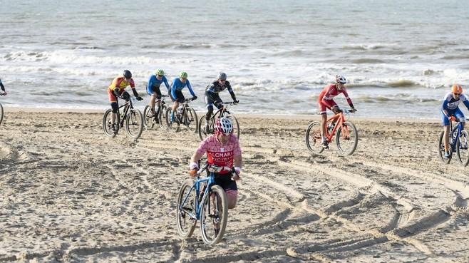 Fietsen op Katwijkse strand voortaan toegestaan in winter: 'Dit is absoluut niet gevaarlijk'