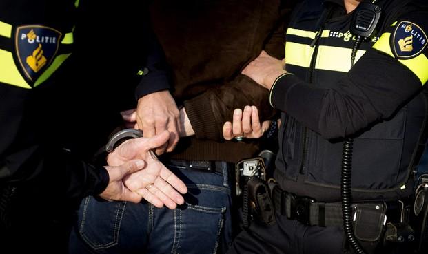 Purmerender door agenten met getrokken wapens uit auto gehaald om wapenbezit