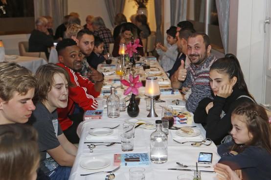 Vluchtelingen dineren met ATC-leerlingen in restaurant DuRoc