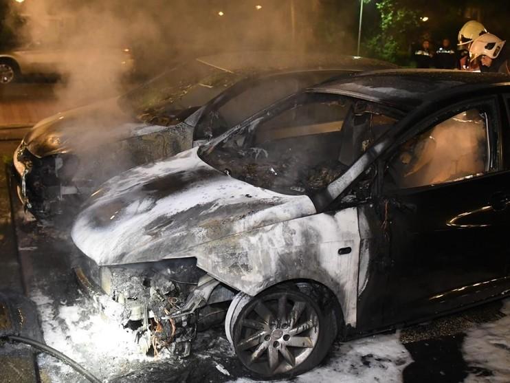 Twee auto's gaan in vlammen op bij station De Vink