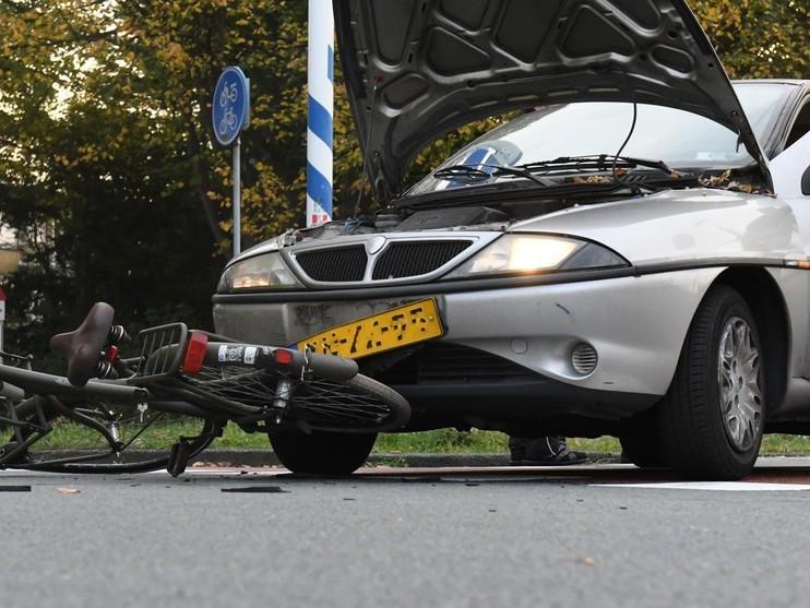 Auto rijdt jonge fietsster aan in Leiderdorp
