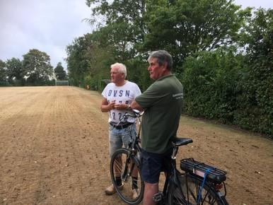Bestuurslid Willem Koot overlegt met grasexpert Co Min.