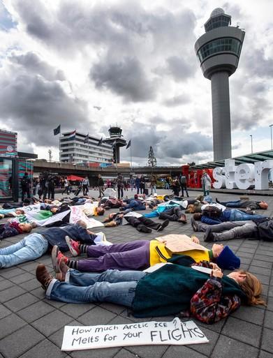 Met z'n allen voor dood liggen op Schiphol schot in de roos [video]