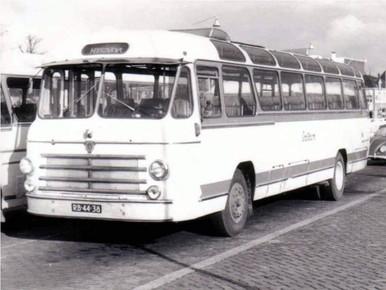 Een van de vele hoogovenbussen, hier wachtend in Beverwijk.