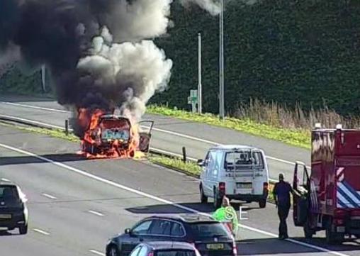 Autobrand op snelweg A1 bij Muiderberg