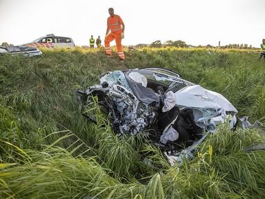 Het restant van de aangereden auto.