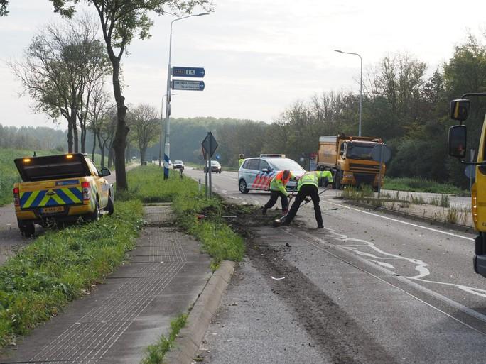 Ravage op de weg bij botsing tussen auto en vrachtwagen in Velsen-Zuid