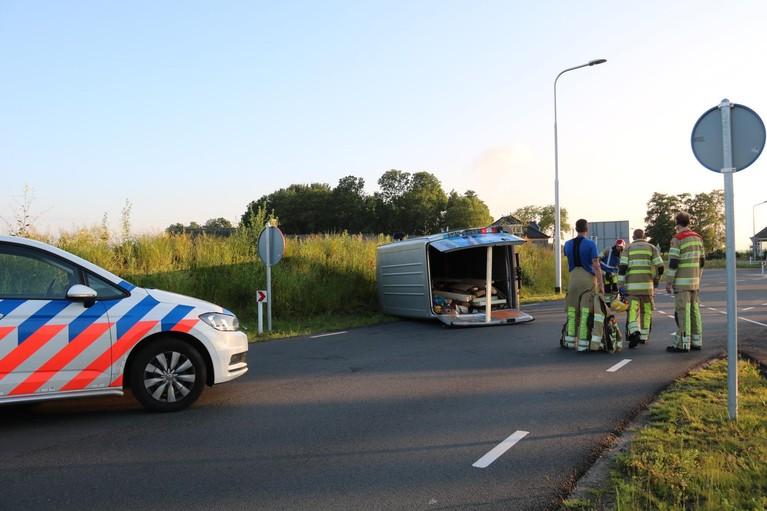 Bestelbus vliegt uit de bocht in Weesp; bestuurder raakt gewond