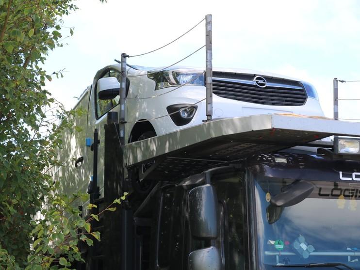 Transportvrachtwagen ramt viaduct over Provincialeweg in Katwijk