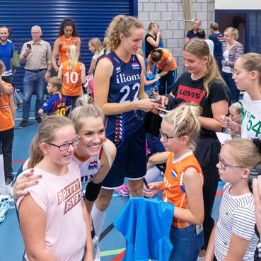 Volleybalinternationals Kirsten Knip en Nicole Koolhaas genieten van training met Oranje bij hun oude club Simokos