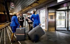 KLM-personeel en reizigers.