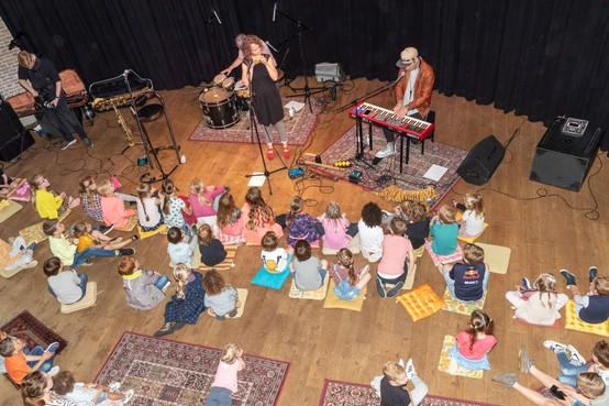 Na aftrap voor de jeugd in De Drommedaris barst ook buiten het feest los op Jazzfestival Enkhuizen