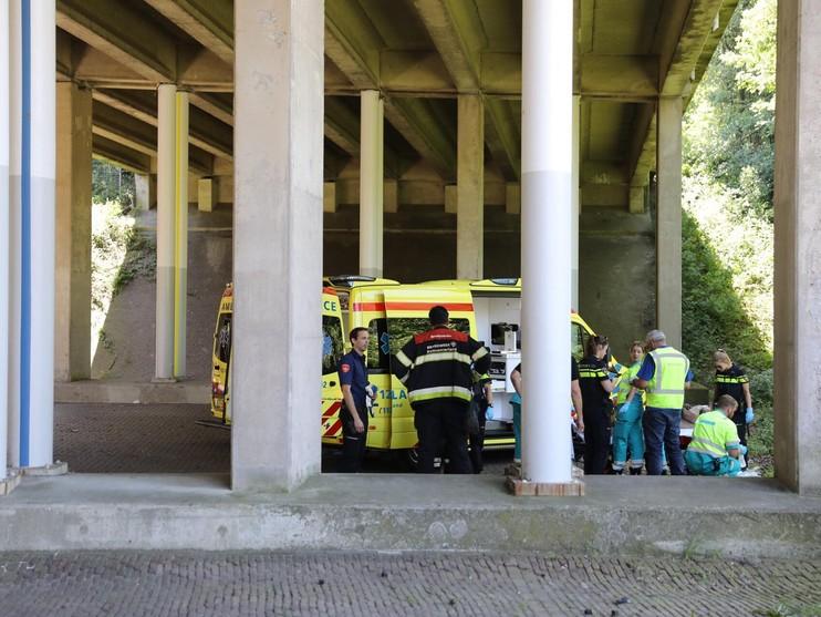 Wegwerker ernstig gewond na val van viaduct op A4 [video]