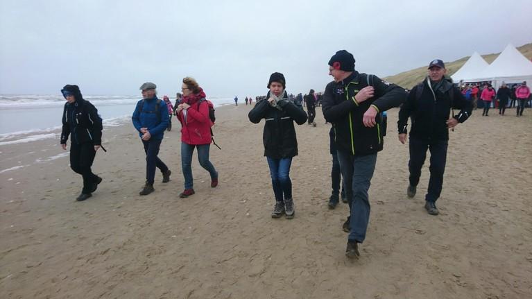 Drukte op het strand voor Egmond Wandel Marathon [video]