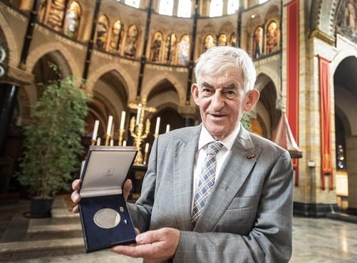 Wim Eggenkamp ontvangt beloning voor restauratie kathedraal Sint Bavo