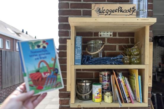 Weggeefkastje in Velsen-Noord gaat eigen leven leiden. Initiatiefnemers Hetty en Gerrit: 'We hebben echt geen idee wie de spullen erin stopt'