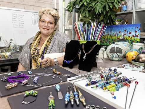 Evelien van der Vlies neemt deel aan Artistic Park Wormerveer: 'Iedere kraal die ik maak, is mijn kindje'