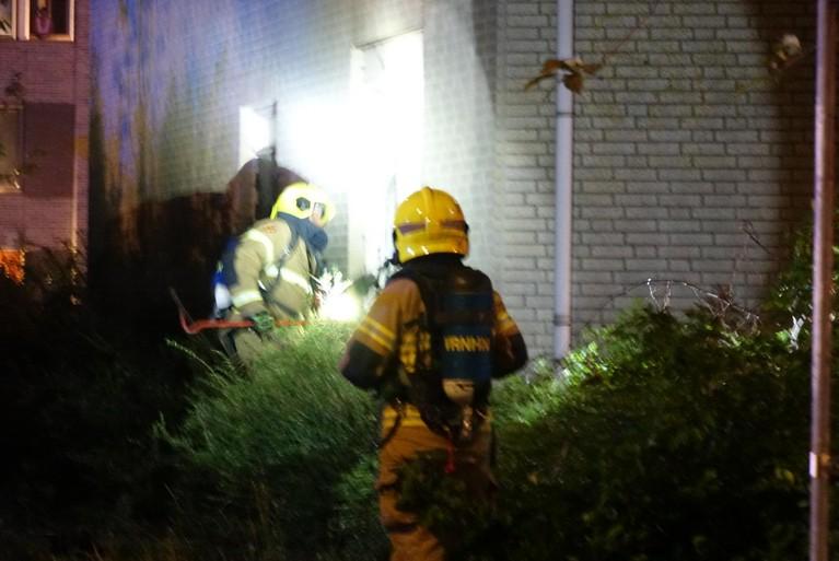 Brandweer heeft moeite om brand te bereiken in rokend leegstaand bedrijfspand in Alkmaar [video]