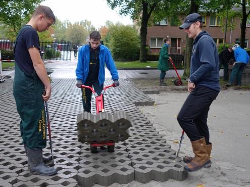 Leerlingen Praktijkschool in Hoorn leggen parkeerplaats aan als gebaar naar omwonenden
