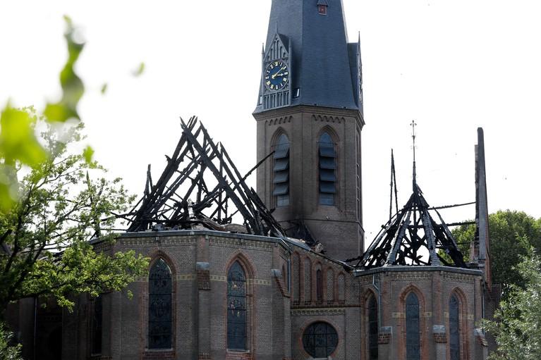 Pastoor Jongerden bidt terwijl godshuis in vlammen opgaat