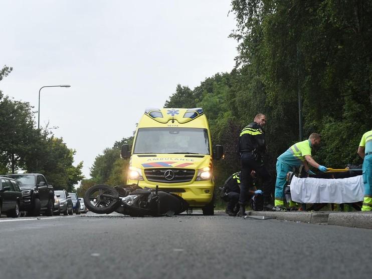 Scooterrijder klapt achterop auto en raakt gewond in Oegstgeest