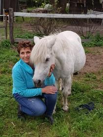 Helderse waarschuwt paardeneigenaren: 'Let op, er lopen idioten rond'. Al eerder stond er iemand met de broek op de enkels bij haar beesten