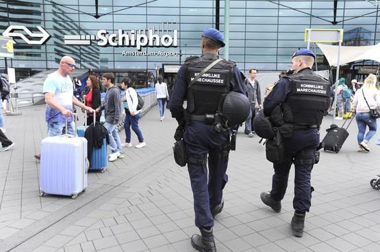 Werknemers Schiphol betrokken bij grootschalige drugssmokkel, twee mannen aangehouden