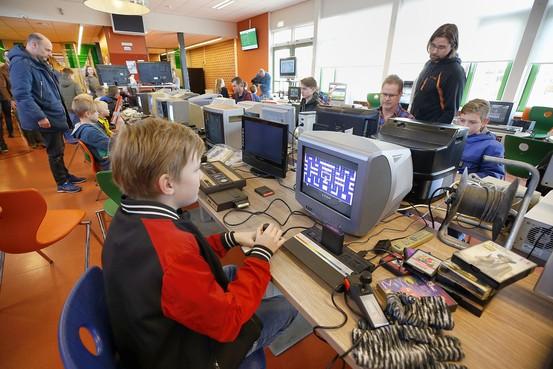 Wout (12) uit Anna Paulowna snapt op Retro Gamedag wel waarom 'in de oertijd' op Atari werd gespeeld