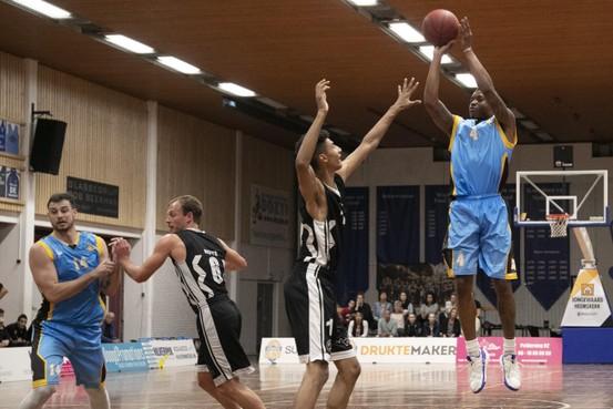 Basketballers Suns helpen basisschool De Verrekijker bij het winnen van een watertappunt