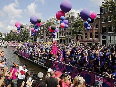 De jaarlijkse Canal Parade van Amsterdam Gay Pride.