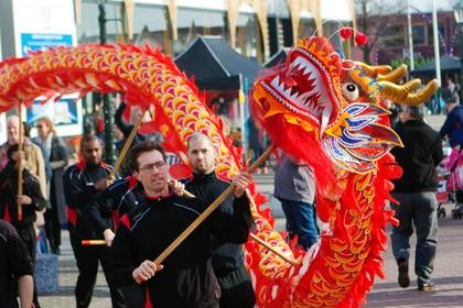 Chinese draak golft door straten van Bazaar